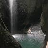 瀑布下的湖泊